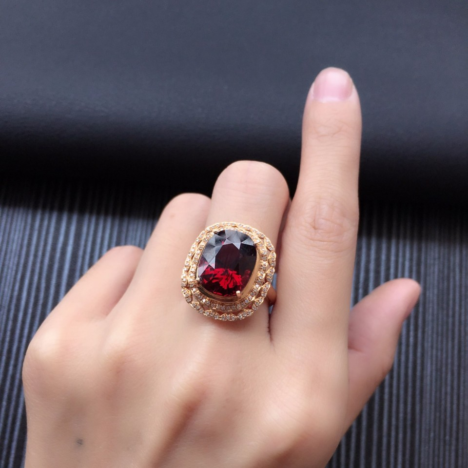 18K金镶天然石榴石戒指